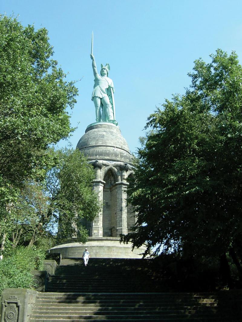 Arminius'ungünümüzdeDetmold, Almanya'da bulunan heykel anıtı