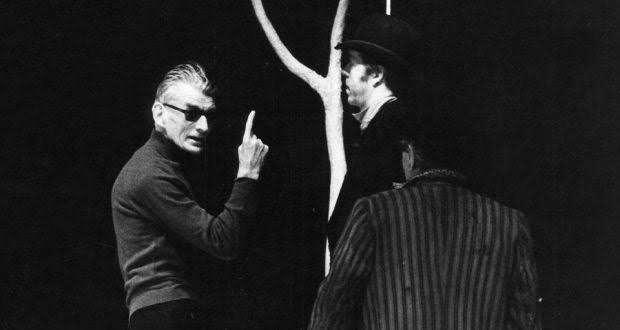 Beckett 1975 yılında Godot'yu Beklerken adlı oyununu yönetirken